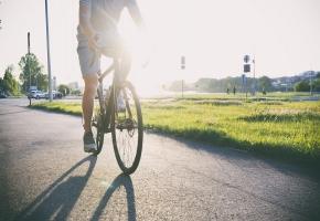 Une image contenant ciel, extérieur, vélo, herbe  Description générée automatiquement