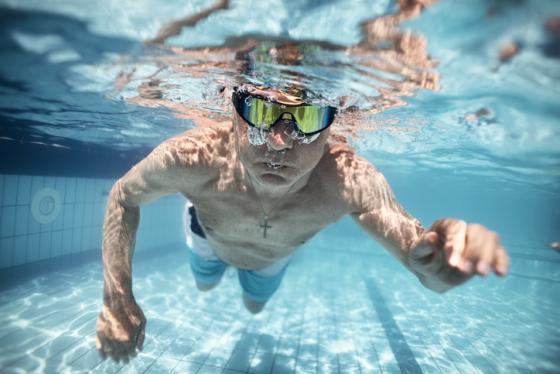 Une image contenant sport, sport aquatique, eau, nageant  Description générée automatiquement