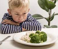 Une image contenant table, personne, assiette, intérieur  Description générée automatiquement