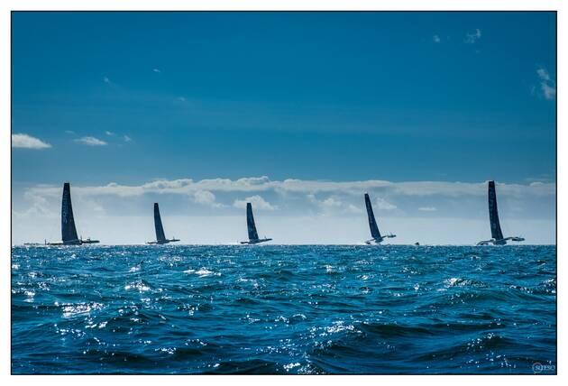 Une image contenant texte, eau, océan, silhouette Description générée automatiquement
